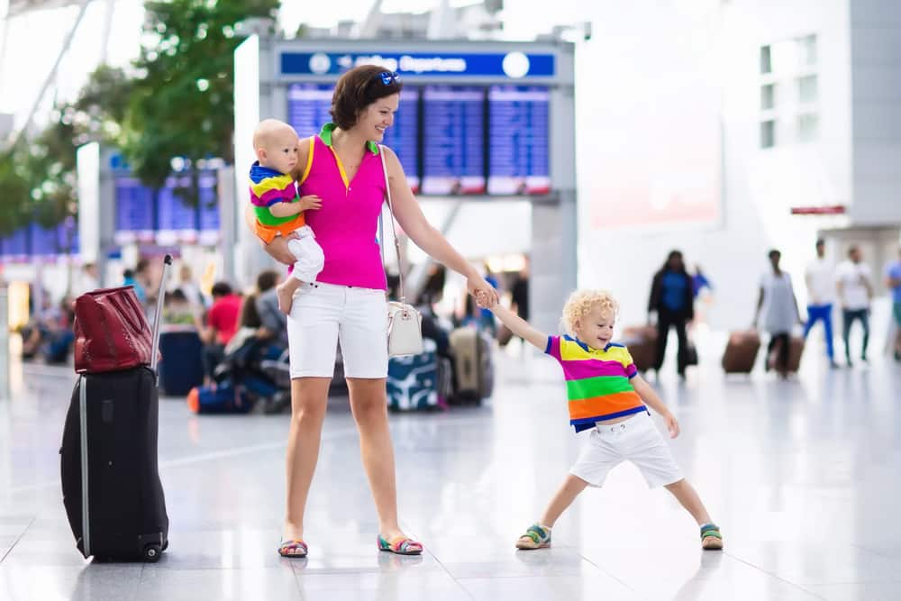Holiday Curtailment Insurance: Mum and child at airport